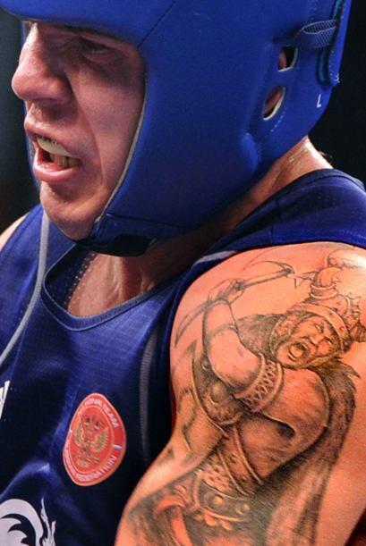 El ruso Nikita Ivanov lucha contra Peter Mullenberg de los Países Bajos...