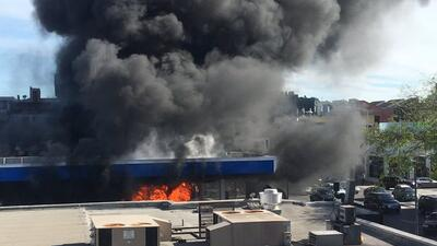 Autobús queda destruido en dramático incendio