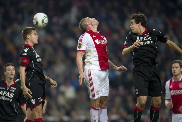 Partido de voleiball entre Niklas Moisander y Dick Marsellis del AZ Alkm...