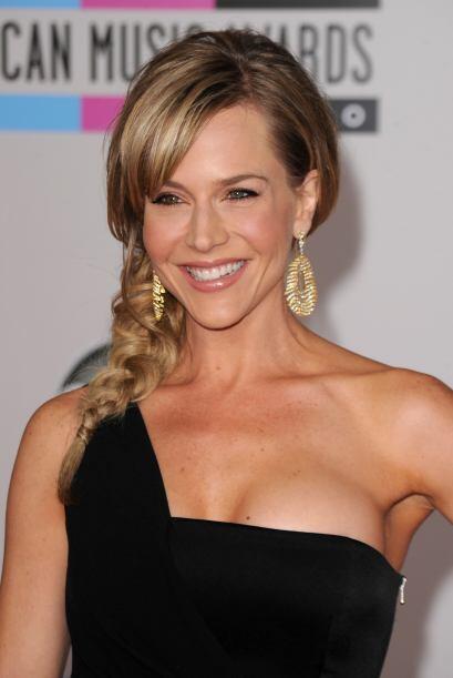 Para Julie Benz este 'look' es bastante favorecedor ya que tiene un mezc...
