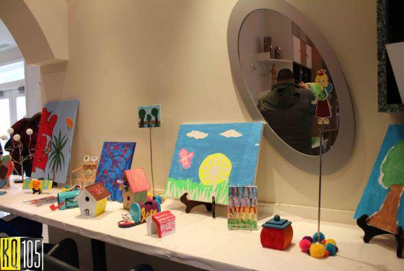 Las paredes están decoradas con los dibujos y artes realizados por los m...
