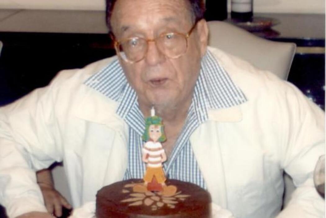 Chespirito celebrando su cumpleaños 82 en 2011.