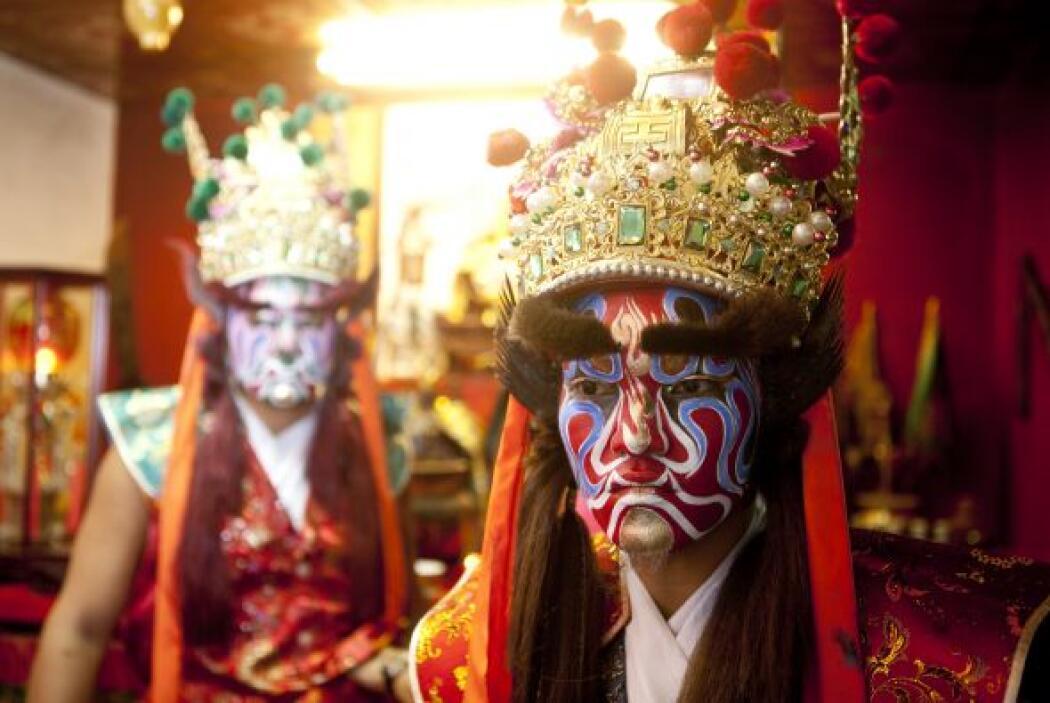 Las personas se preparan para actuar como Guan Jiang Shou, dioses guarda...