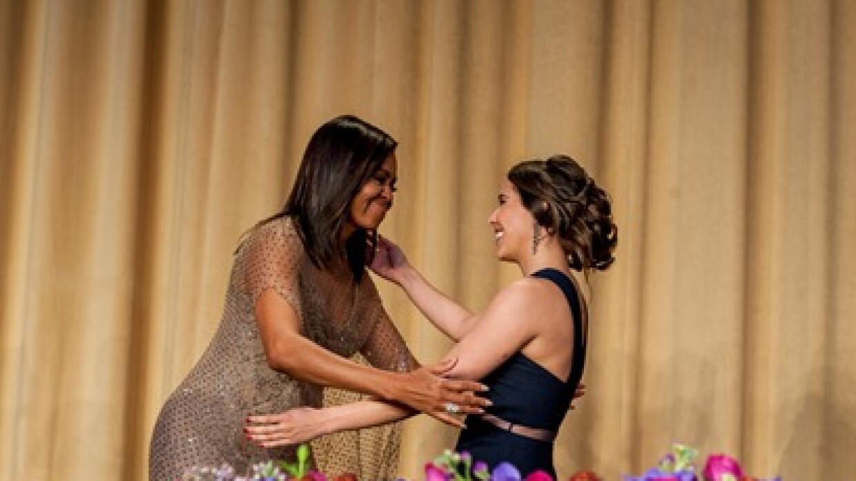 Emiliana Molina Fajardo recibe felicitación de Michelle Obama.