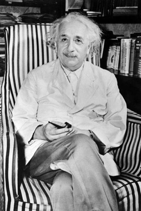 Albert Einstein: Fue un físico alemán de origen judío y el científico má...