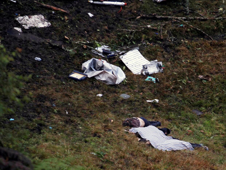 Cuerpos de las víctimas del avión que transportaba al equipo de fútbol b...