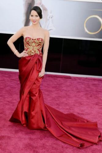 Lady in red... Así lució Olivia Munn. Bastante elegante, ¿no lo creen?