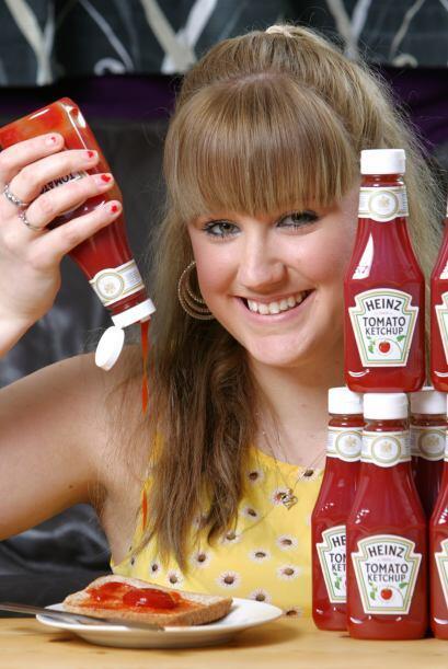 Su amor por la salsa cátsup la ha hecho famosa que algunas compañías que...