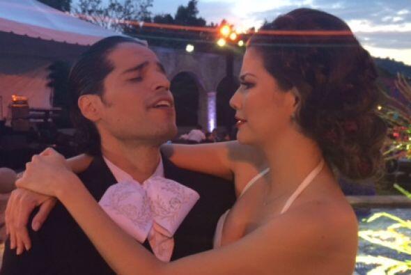 Los novios Luis Carlos y Ana Patricia de camino a la fiesta despu&eacute...