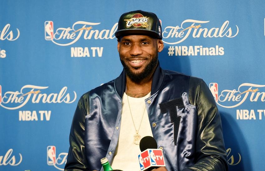 LeBron James, que se espera firme un salario máximo, ganaría 23 millones...