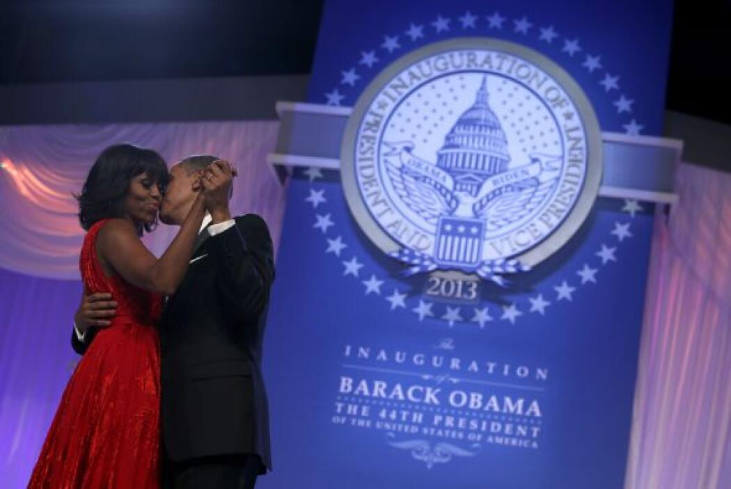 Antes de bailar con algunos de los invitados en la sala, Michelle y Obam...