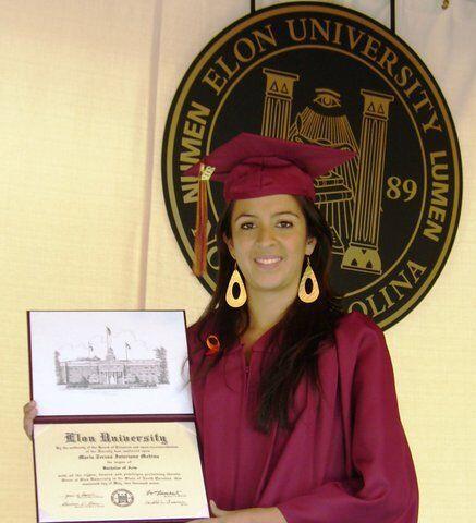 Se graduó de Elon University para orgullo de su familia.