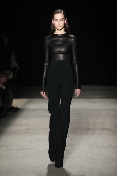 Narciso Rodríguez combinó el negro con dos texturas. El cu...