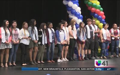 Estudiantes de San Antonio cumplen su sueño de graduarse con ayuda de un...