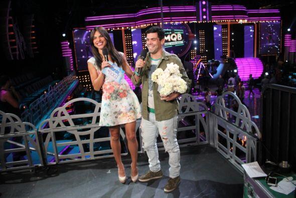 Anibal le llevó un romántico regalo a Alejandra.