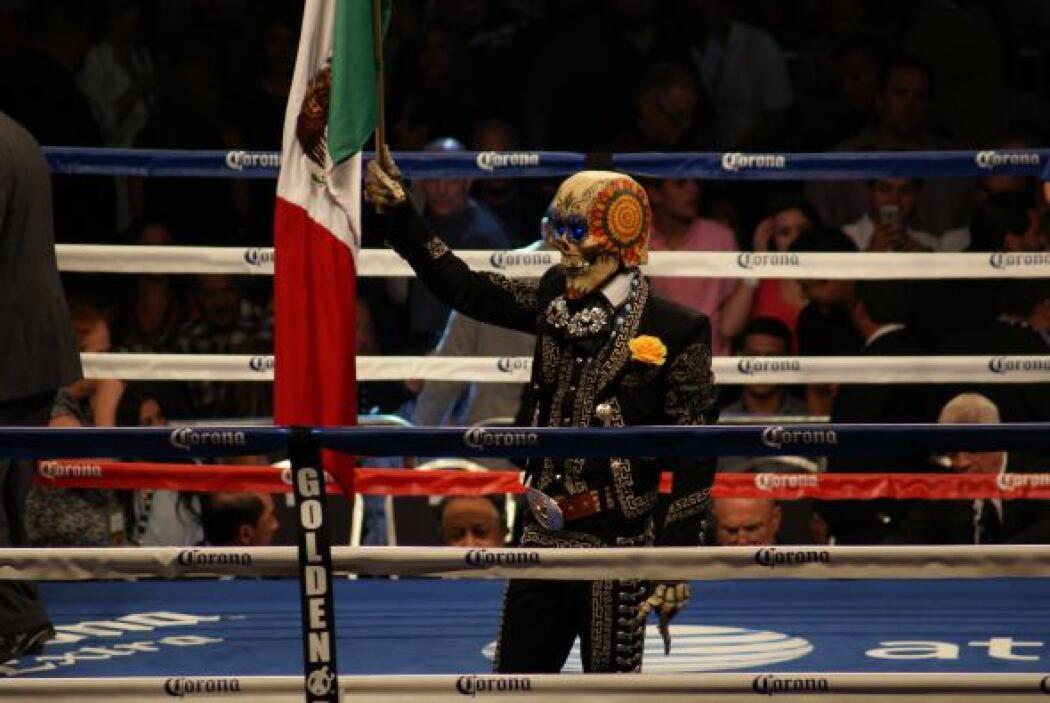 Hasta la 'Huesuda' se subió al ring para ondear la bandera tricolor.