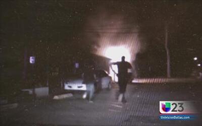 Policias rescatan a anciano de un incendio