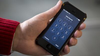 El iPhone propiedad del condado San Bernardino que es objeto de una bata...