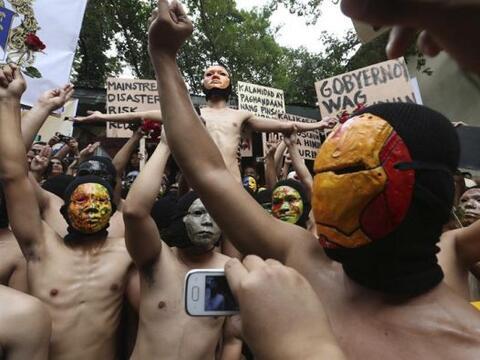 Miembros de la fraternidad Alfa Pi Omega desnudos cantan el himno de su...