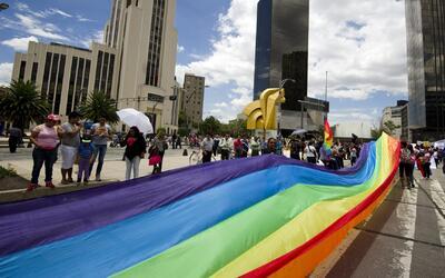 México celebra marcha del Orgullo gay con bandera gigante