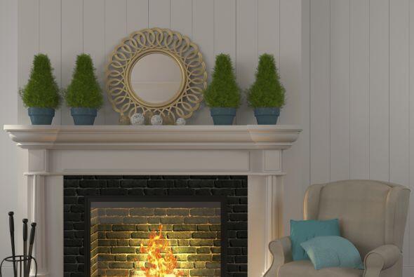 Una buena idea es instalar la TV arriba de la chimenea.