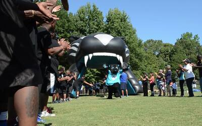 NFL Play 60 Character Camp de los Panthers en el Mes de la Herencia Hispana