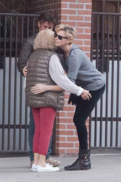 Charlize se despidió de la mujer con un fuerte abrazo. Mira aquí los vid...