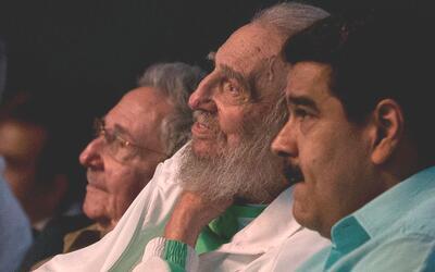 Raúl y Fidel Castro, acompañados por Nicolás Maduro...