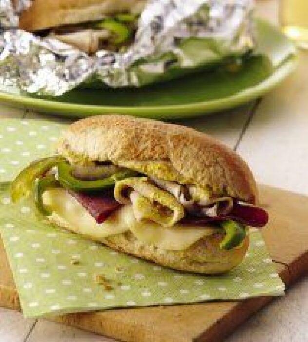 Sándwiches 'Hoagie' a la parrilla:  Este nutritivo sándwich de carne y q...