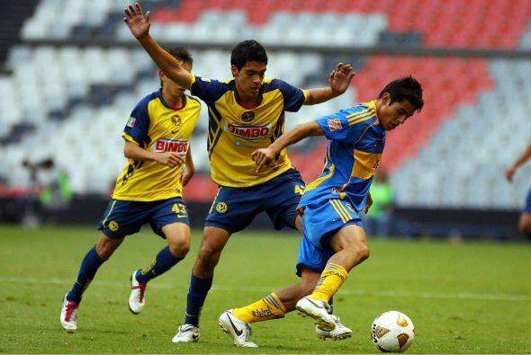 Su primer gol en la Liga MX lo conseguiría en un partido en el que las Á...