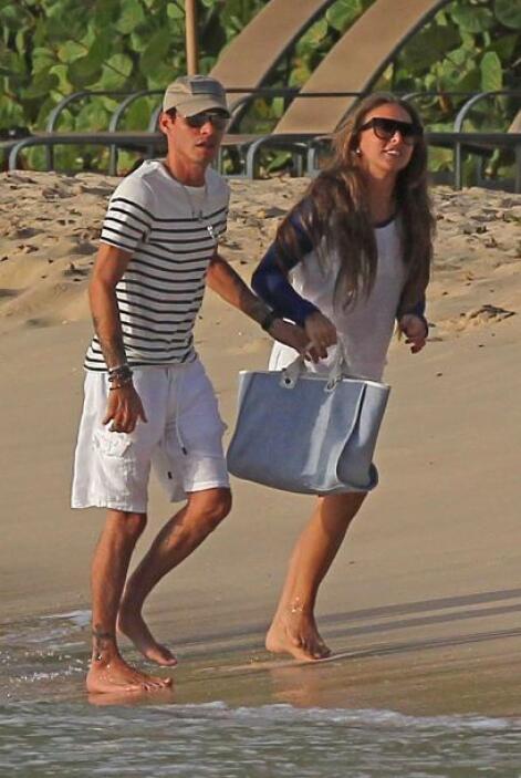 Tomaditos de la mano, recorrieron la playa. Mira aquí los videos más chi...