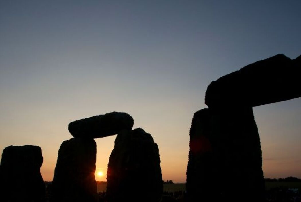 Las piedras de cinco mil años de antigüedad del monumento muden entre tr...