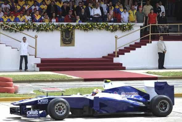 El piloto del equipo Williams de F1, Pastor Maldonado, mostró su monopla...
