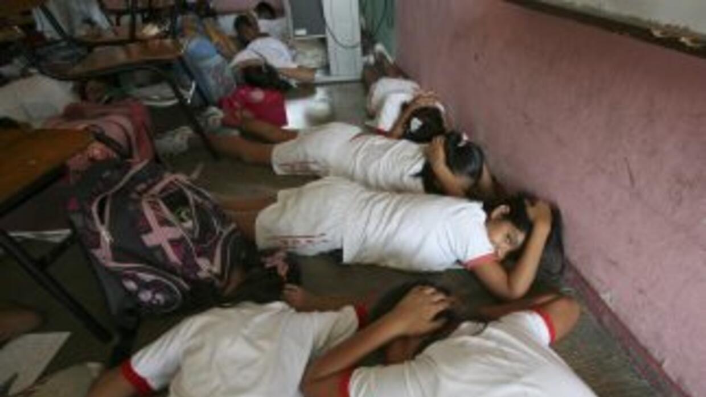 Estudiantes de Tamaulipas recibieron manuales de seguridad escolar.
