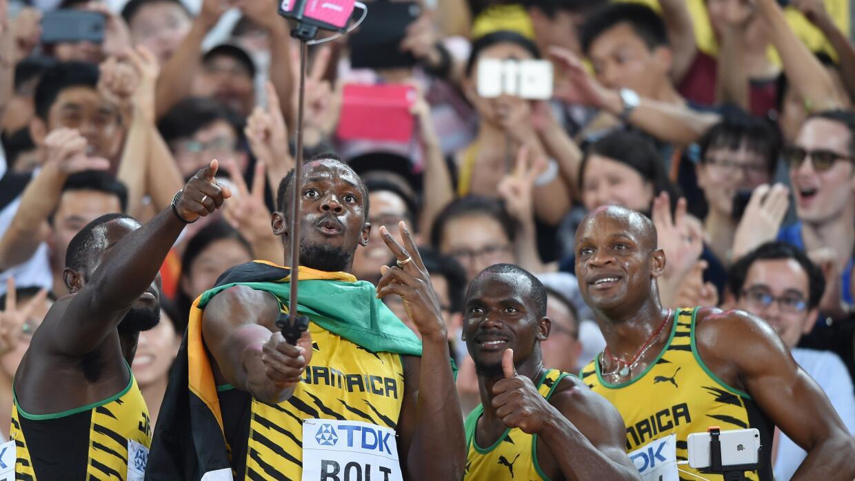 El equipo de relevo 4x100 de Jamaica se toma la selfie tras ganar.