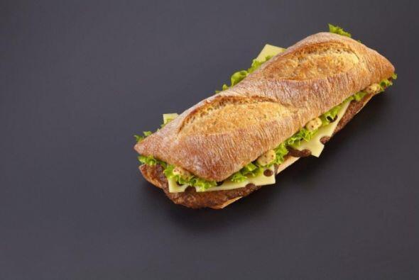 Francia - Beef burger con queso Emmental, lechuga, y mostaza. Foto tomad...