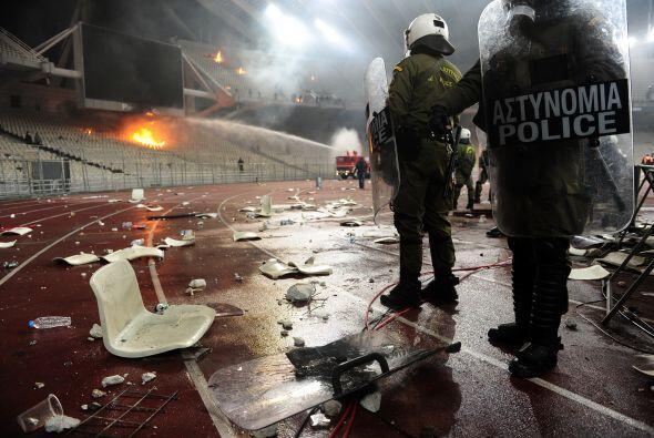 Vean como los asientes fueron arrancados de la tribuna y lanzados a la p...