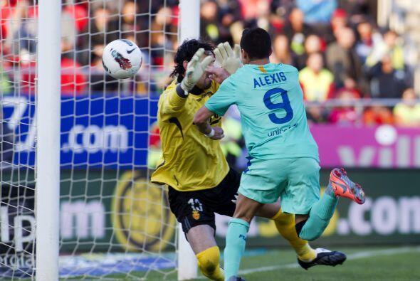 El chileno Aléxis Sánchez puso la cabeza pero la pelota ingresó limpia,...