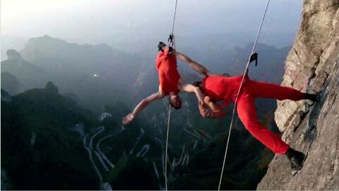 Impresionante danza vertical en un acantilado de China