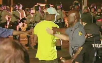 Docenas de arrestos tras madrugada de violencia en Ferguson, MO