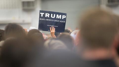 Simpatizante de Trump lleva un cartel en evento en Indiana