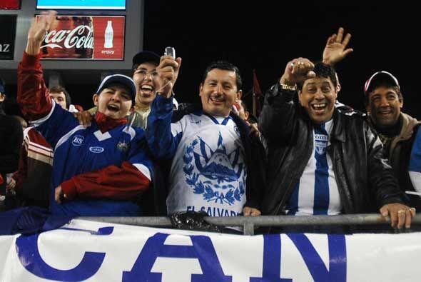 Alegría de los salvadoreños con su equipo adelante.