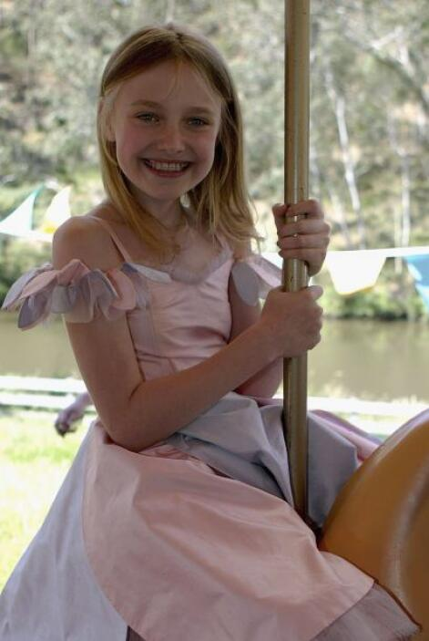 Dakota sobre un carrusel, en noviembre de 2006.  Aquí los videos más chi...