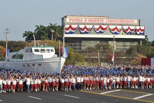 """El desfile saludó, en ausencia, al """"Comandante en Jefe de la Revolución""""..."""