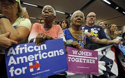 Varios seguidores demócratas escuchan a Chelsea Clinton en Tempe,...