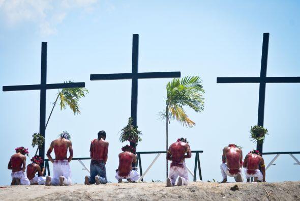 Duodécima Estación: Jesús en cruz, su madre y el discípulo.
