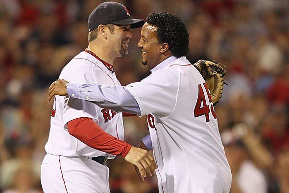 El dominicano le dio un abrazo a su antiguo catcher Jason Varitek con qu...