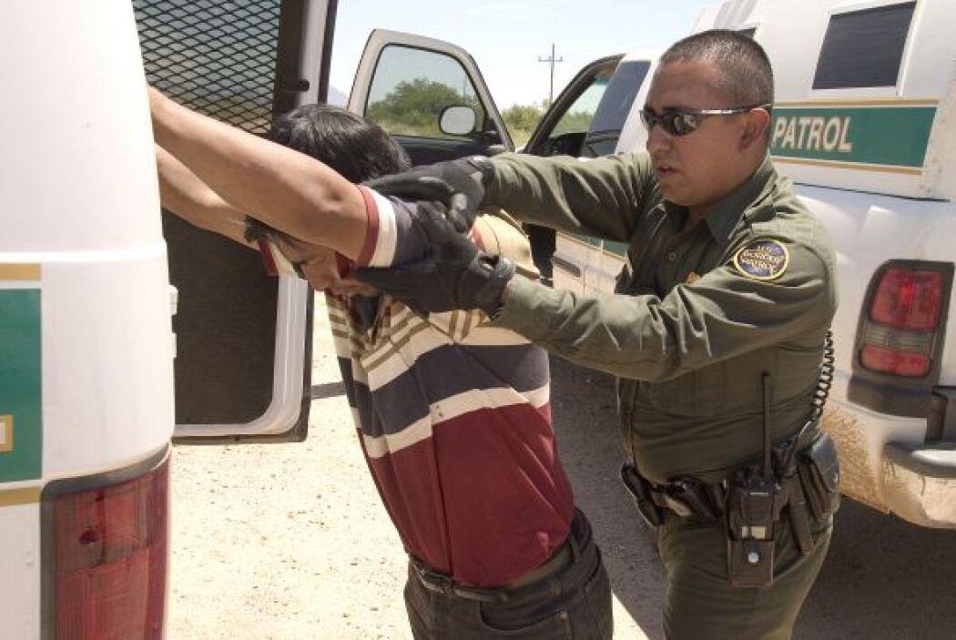 La CBP también muestra imágenes de la detención de indocumentados cruzan...