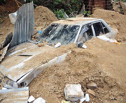 Cúmulo de desesperanzas . Limpiar las zonas afectadas por los deslaves c...