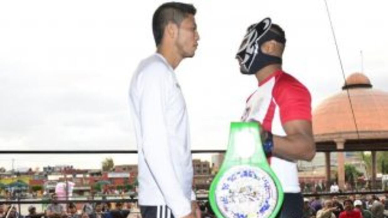 Villasana y Saguilán enseñan armas (Foto: Twitter).